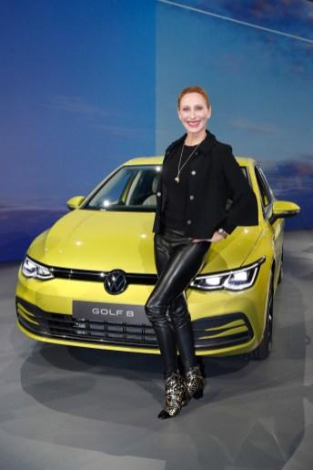 Schauspielerin Andrea Sawatzki am neuen Golf 8. © VW