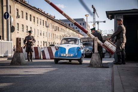 0 Jahre nach dem Fall der Berliner Mauer erzählt BMW jetzt die Geschichte von Klaus-Günter Jacobi, seinem Freund Manfred Koster und dem Kleinstwagen, der insgesamt neun Menschen zur Flucht aus der DDR verhalf. Foto: BMW