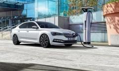 Bis zu 56 Kilometer weit kann der Superb iV rein elektrisch fahren. © Skoda