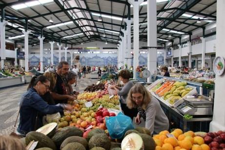 Ein lebendiger Platz des Frischehandels: Die Markthalle der Hafenstadt Setubal. © Kurt Sohnemann