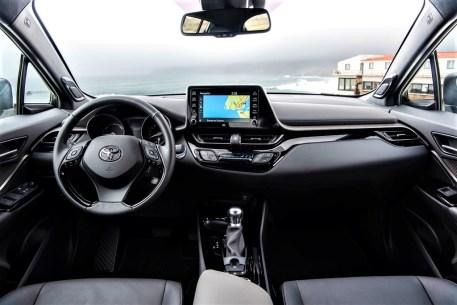 Aufgefrischt: Das Cockpit des C-HR mit wertigeren Materialien. © Toyota