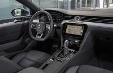 Klasse ist der zentrale, riesige Monitor mit 9,2 Zoll (510 Euro), der sich per Gestensteuerung, also wischen und klicken, bedienen lässt. © VW