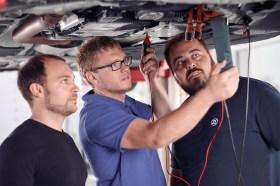 Im Training lernen Werkstatt-Mitarbeiter mit gefährlichen Komponenten der Elektromobilität umzugehen. © ZF Aftermarket / Nico Kleemann