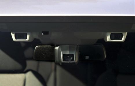 """Highlight ist das kamerabasierte System """"Eyesight"""", das auf rein optischer Basis (kein Radar, keine Mikrowellen) arbeitet. Rechts und links vom Innenspiegel sind zwei Kameraobjektive platziert. © Klaus H. Frank"""