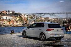 Zwar ein wenig gedrungener und im Heck fast schon avantgardistisch kantig, fällt der Newcomer unter den Vorgänger-Gölfen nur marginal auf. © VW