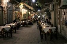 Das abendliche Dinner wird in Chania zumeist auf offener Straße genossen. © Kurt Sohnemann