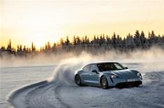 Kontrolliertes Driften: Auf Schnee und Eis fühlt sich der Taycan 4S pudelwohl. © Porsche