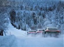Die Taycan-Karawane im Schnee: Vorsicht ist geboten auf den Testfahrten, überall gibt es Rentiere. © Porsche