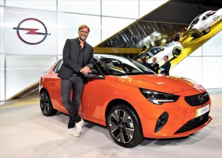 Markenbotschafter Jürgen Klopp mit dem Corsa-e © Opel