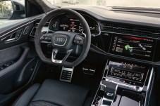Über insgesamt drei Displays wird der Fahrer während der Fahrt mit Informationen versorgt. © Audi