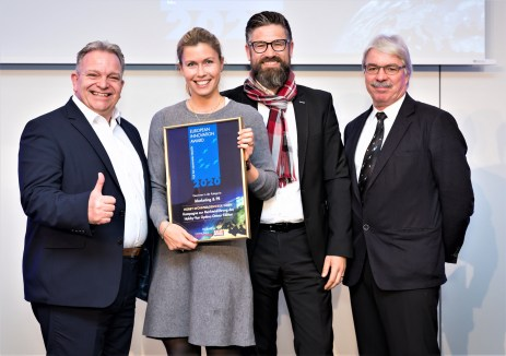 Raymond Eckl (rechts) überreichte Cilia Eckrich den Europea Innovation Award. Innovation Award