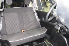 Komfortable Zweier-Sitzbank mit Gurtschlössern und Kopfstützen.