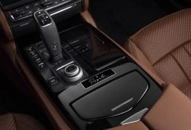 """Der edle Schriftzug """"Royale"""" auf dem Emblem der Mittelkonsole kennzeichnet das Sondermodell als Fahrzeug der Königsklasse. © Maserati"""
