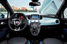 Fiat pflanzt in Deutschland für jeden verkauften Fiat 500 Hybrid oder Fiat Panda Hybrid fünf Bäume. Hier das Cockpit des 500er. © FCA