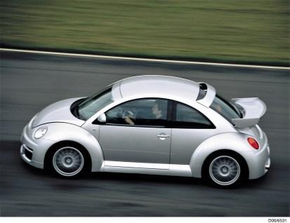 """Im Jahre 2001 brachte Volkswagen die stärkste Serienversion des New Beetle, den """"RSi"""" (RennSport injection): Der eingesetzte Motor basiert auf einem 2,8-l-VR6-Motor mit Vierventiltechnik, dessen Hubraum auf 3,2 l erhöht wurde und 165 kW (224 PS) leistet. Das Modell war auf 250 Einheiten limitiert. © Volkswagen"""