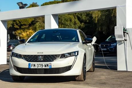 Der Peugeot 508 an der Steckdose: Rein elektrisch kommt man über 50 Kilometer weit. © PSA