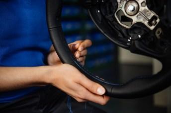 Handarbeit auch beim Lenkrad: Nur so können die individuellen Wünsche der Kunden auch erfüllt werden. Wie zum Beispiel blaue Nähte. © Alpina
