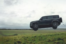 Bleibt auch in der Luft in der (horizontalen) Spur: der neue Defender. © Jaguar Land Rover