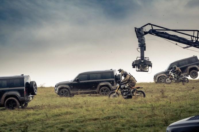 Wilde Hatz mit bösen Bikern - und die Kamera ist immer dabei. © Jaguar Land Rover