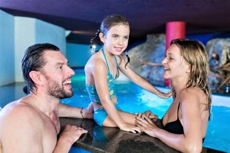 Wenn's draußen mal nicht so toll ist, vergnügt sich die Familie in der 8000 Quadratmeter großen Pool-Landschaft. © Hotel Schneeberg