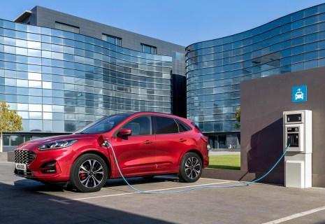 Der neue Ford Kuga an der E-Tankstelle. © Ford