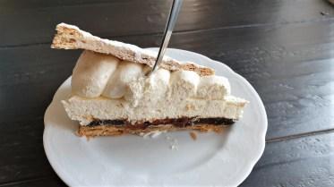 Eine Delikatesse für Feinschmecker ist die Friesentorte, nicht frei von Kalorien aber mit viel Sahne und Pflaumenmus zwischen dem Blätterteig. © Kurt Sohnemann