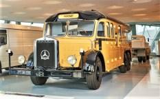 Mercedes-Benz O 10000 Stadt- und Fernverkehrsomnibus aus den 1930er-Jahren, umgebaut zu einem mobilen Postamt. Exponat der Dauerausstellung im Mercedes-Benz Museum, Raum Collection 2 – Galerie der Lasten. © Mercedes-Benz
