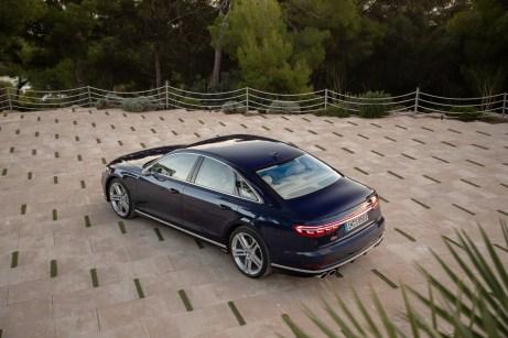 Heck mit vier Rohren: Das durchgehende Leuchtband unterstreicht die gestreckten Proportionen. © Audi