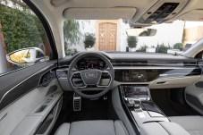 Elegante Schaltzentrale: Auf dem oberen mittleren Bildschirm werden gerade die möglichen Fahrmodi des Fahrwerks angezeigt. © Audi
