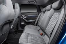 Nur hinten ist es ein wenig eng, schon mittelgroße Menschen müssen hier diszipliniert sitzen. © Audi