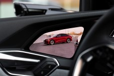 Gegenstück zur Kamera: Der Bildschirm in der Türverkleidung verrät dem Fahrer, wer hinter ihm steht oder fährt. © Audi