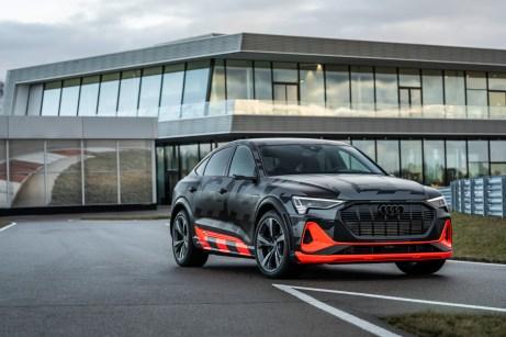 """Kraftprotz mit elektrischen Muskeln: Der Audi e-tron S Sportback posiert auf dem Gelände des Audi """"Driving Experience Centers"""" in Bayern. © Audi"""