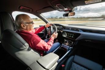 """Nichts verlernt: Stig braucht das Lenkrad nur am Kurveneingang um den Kurs vorzugeben, den sauberen Drift erledigt er mit dem Gasfuß, der im e-tron S richtigerweise """"Stromfuß"""" heißt. © Audi"""