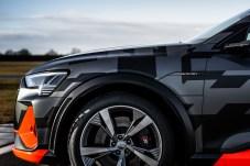 Bremsengedöns: Wer hurtig beschleunigt, braucht dicke Bremsen. Das Monogramm ist beim e-tron S serienmäßig. © Audi