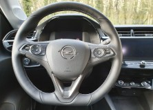 Der Fahrer sitzt tiefer als bisher, der Fahrzeugschwerpunkt ist niedriger. Das Cockpit ist fahrerzentriert mit zum Fahrer ausgerichtetem Touchscreen. © Jutta Bernhard / mid