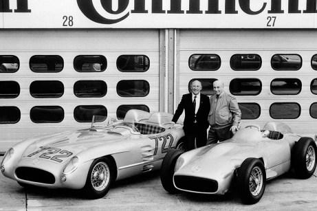 Die Mercedes-Benz Rennfahrer Stirling Moss (links) und Juan Manuel Fangio auf dem Hockenheimring im Jahr 1991 mit dem Mercedes-Benz Rennsportwagen 300 SLR (W 196 S), der die Startnummer 722 der Mille Miglia 1955 trägt, sowie einem Mercedes-Benz Formel-1-Rennwagen W 196 R. © Daimler