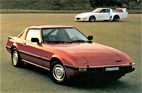 Mazda RX-7, 1980 - vorn Straßenversion, hinten Rennsportversion. Foto: Auto-Medienportal.Net/Mazda