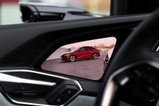 Die Bilder erscheinen auf kontraststarken OLED-Displays im Übergang zwischen Instrumententafel und Tür. © Audi