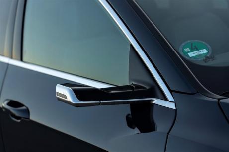 Ein interessanter Effizienzfaktor sind die optionalen virtuellen Außenspiegel, deren flügelförmige Träger kleine Kameras integrieren. © Audi
