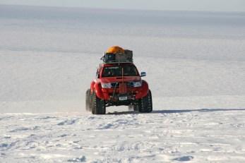 Mit Sack und Pack krabbelt der Hilux über den unwirtlichsten Teil der Erde: die Antarktis. © Toyota