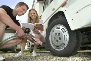 Auch die Reifen und ihr Druck müssen vor der ersten Wohnmobil-Ausfahrt sorgfältig geprüft werden. © Continenal