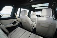 Blick nach vorne von der hinteren Sitzreihe aus. Den XB7 kann man als Fünf-, Sechs- oder Siebensitzer ordern. © Alpina
