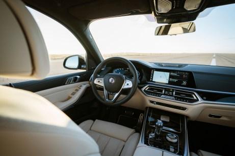 Das ohnehin schon edle X7-Cockpit von BMW wird bei Alpina auf Wunsch noch schöner. Mit feinstem Leder auf der Instrumententafel zum Beispiel. © Alpina