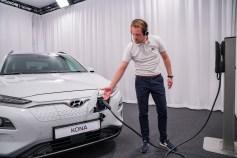 Wie wird der Kona Electric mit Strom betankt? Der Hyundai-Mitarbeiter zeigt es dem Interessenten, der zu Hause am Bildschirm sitzt. © Hyundai