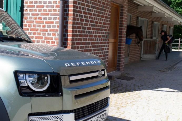 Nachbarn: Wo ein Defender steht, können Pferde nicht weit sein. © Land Rover