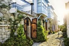 Ein Bummel durch die Kleinstadt Alacati mit ihren kopfsteingepflasterten Straßen und pittoresken Steinhäusern. © GettyImages/FTI