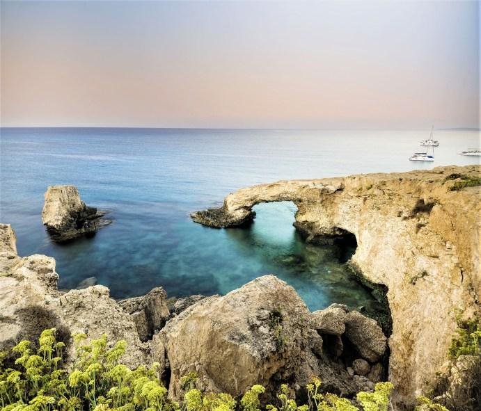 Die Region um Larnaca mit Ayia Napa und Protaras im Osten des Eilandes ist berühmt für ihre goldenen Sandstrände, die das türkis schillernde Meer säumen. © FTI