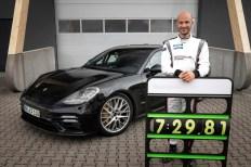 Testfahrer Lars Kern fuhr mit dem Porsche Panamera eine neue Bestzeit für Oberklassefahrzeuge auf dem Nürburgring. Foto: Auto-Medienportal.Net/Porsche