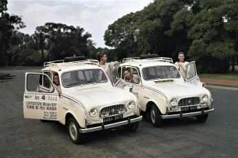"""Vier """"Madames"""" mit dem Renault 4 auf dem Weg nach Alaska.© Renault"""