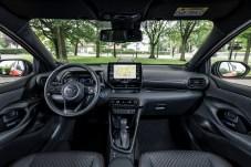Im Innenraum vermittelt der neue Yaris jedenfalls in der ersten Reihe ein gutes Raumgefühl. © Toyota